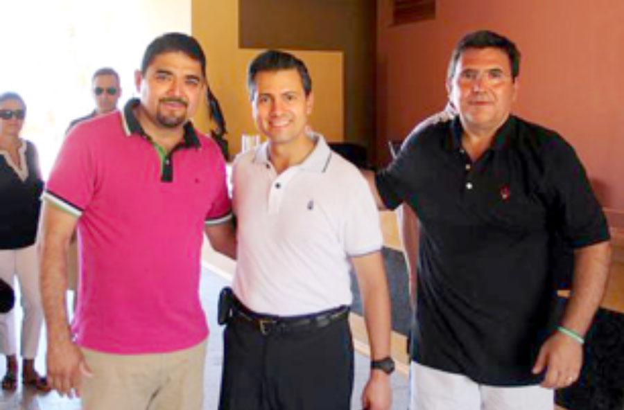 Enrique Peña Nieto y Eustaquio de Nicolás (derecha) en Loreto, Baja California Sur en agosto del 2012 (Fuente: Zeta Tijuana)