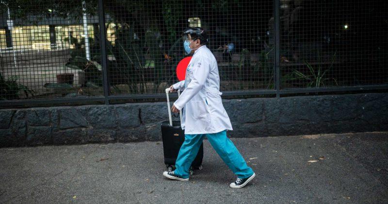En pleno embate de covid-19, el gobierno a estudiantes de Medicina: o vuelven a los hospitales, o se les quita la beca