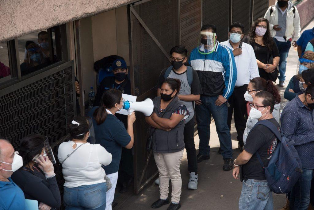 personas permanecen en las inmediaciones hospital de infectología la raza para esperar noticias sobre sus familiares internados.